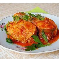 Хек жареный с рисом и томатным соусом