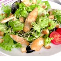 Салат с цыпленком и гренками